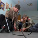 Nodarbība - vadītājs māca taisīt katapultas